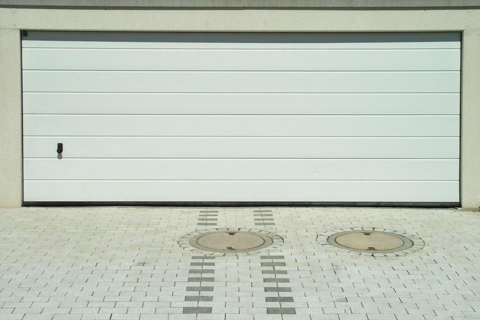 Brama panelowa musi być przy odpowiednim ogrodzeniu