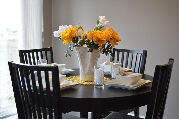 Jak wybrać funkcjonalny stół do domu